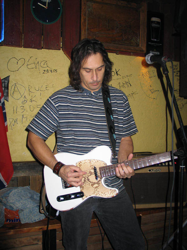 rv2006_whiteguitar01